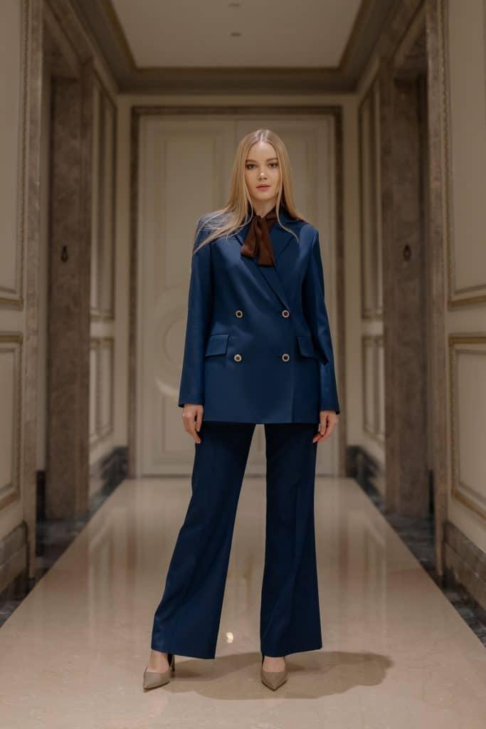 Comment créer un style masculin-féminin avec un tailleur pour femme ?